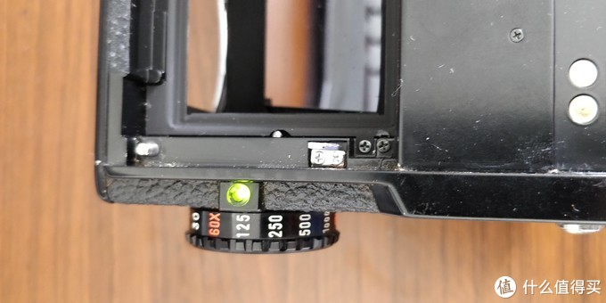 按下红色电池检测按钮,机身左侧指示灯绿色表示电池电量充足