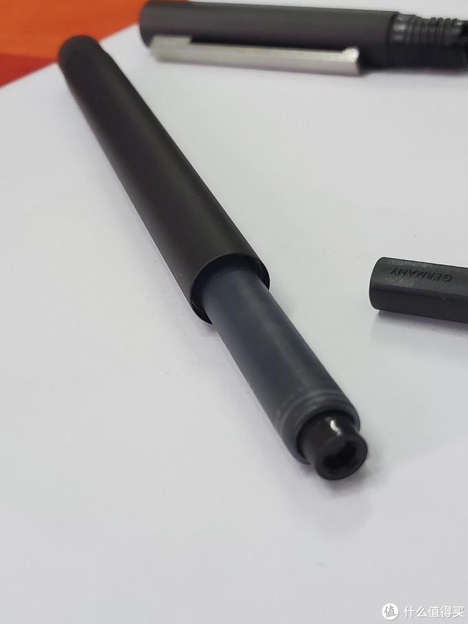 笔身只比墨囊大一点,可以想象很细