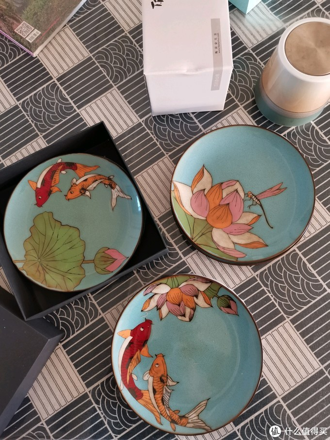 八寸果盘是古典工艺加上手工制作的,盘子表面有凹凸感,图案精细。