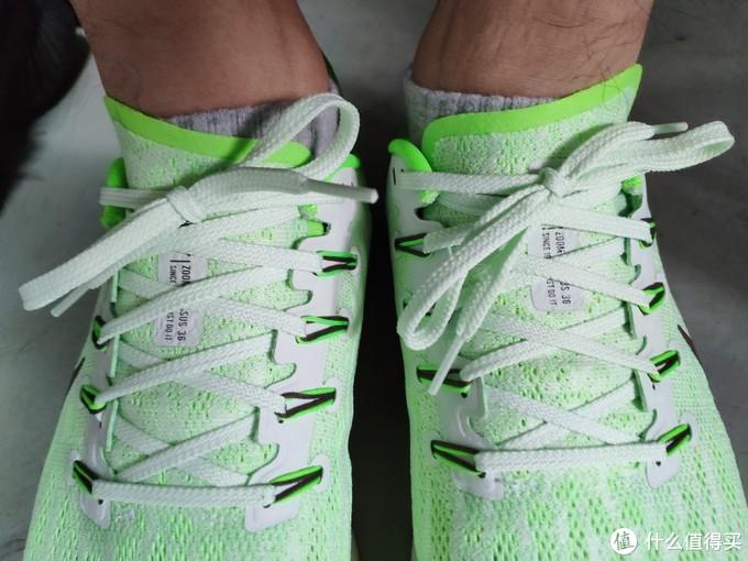 穿上鞋子突然发现鞋舌的独特设计,不对称鞋舌,这一点跑步时候挺舒服的。因为是固定鞋舌,所以跑步时候也不用鞋舌跑偏。