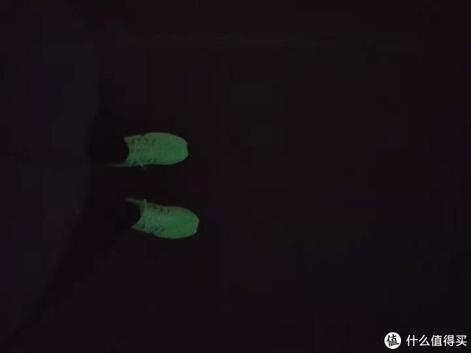 夜跑时候突然发现这颜色好显眼,好看。