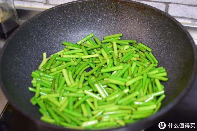 这种菜,加点肉丝一炒,甭提有多香,越吃越上瘾