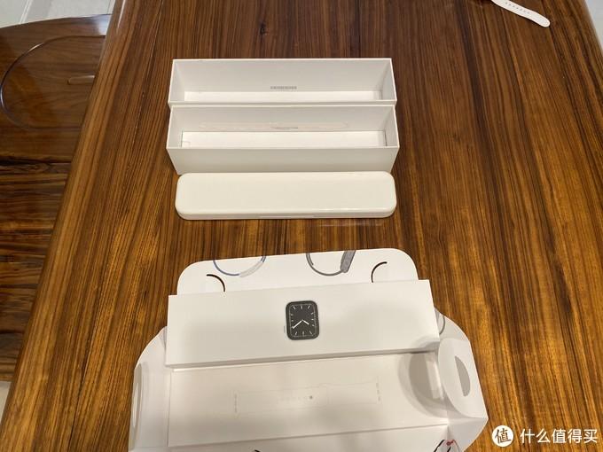 老款有个塑料表盒,新表纸盒、表带分开装