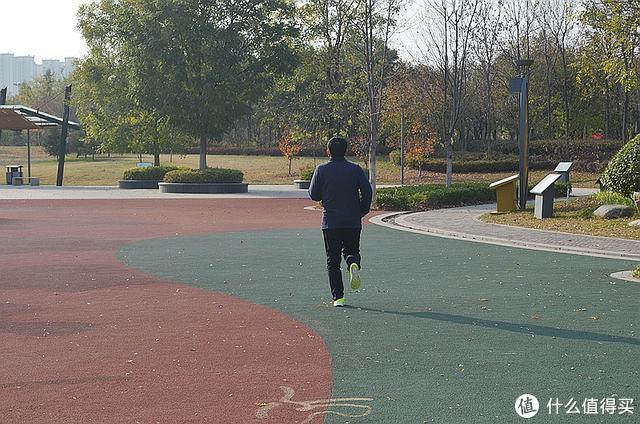 轻便透气舒适,咕咚智能跑鞋42K让你健康跑起来