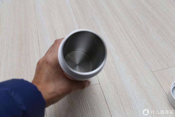 杯子内部都是304不锈钢,但是深度其实很浅,因为下面部分还要布局加热元件,还有电线收纳空间
