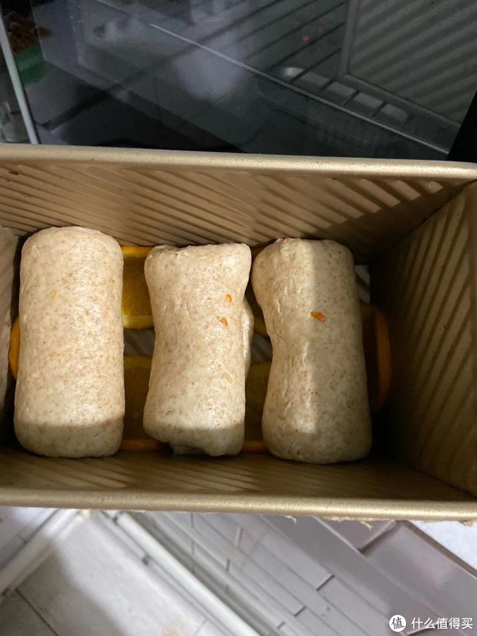 面团整形后,放出吐司盒进行二次发酵