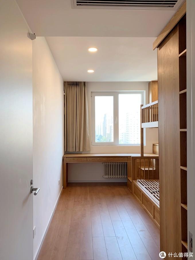 12平米儿童房这样订就对了:上下床大书桌,还有一个衣帽间