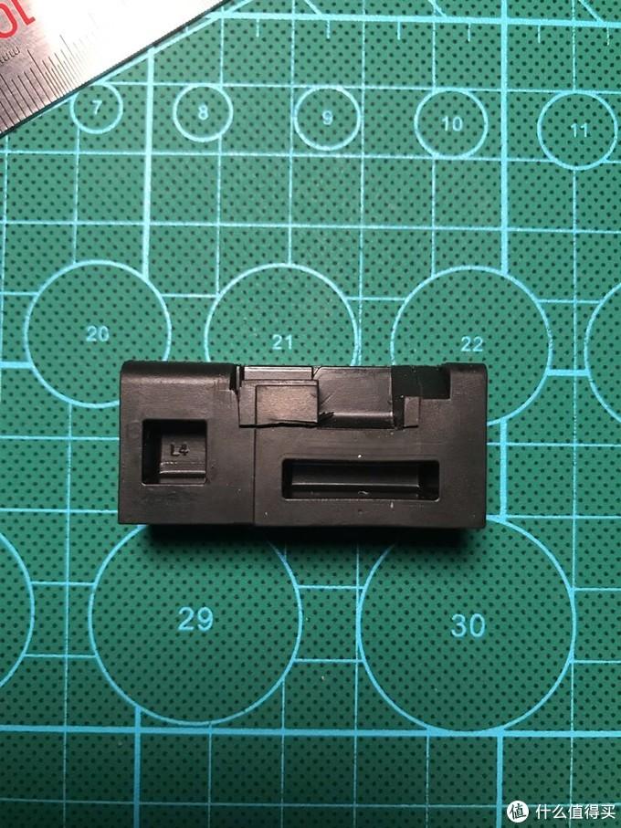 这是靠近主控芯片的那个脚垫,模具上写着L4,未切割前的样子。