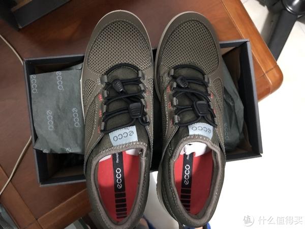 鞋带是快穿式的,方便