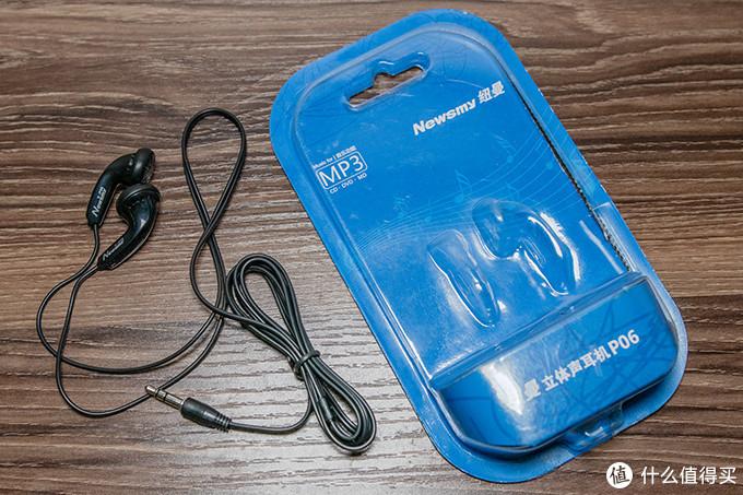 把耳机从包装盒中拿出来,检查了一下,外观没有瑕疵,3.5mm接头电镀完美,线材偏细但手感很好