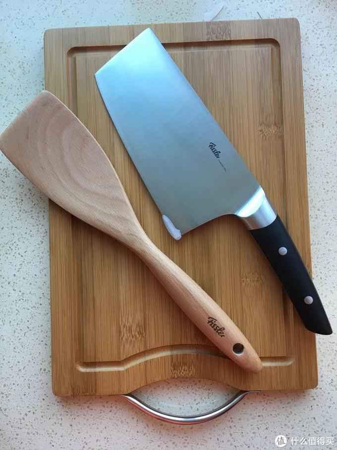 刀前后各有一个塑料的小部件,防止崩掉