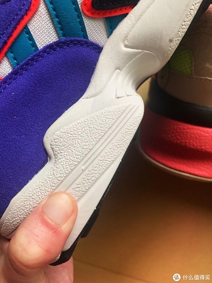 鞋底有一定弹性