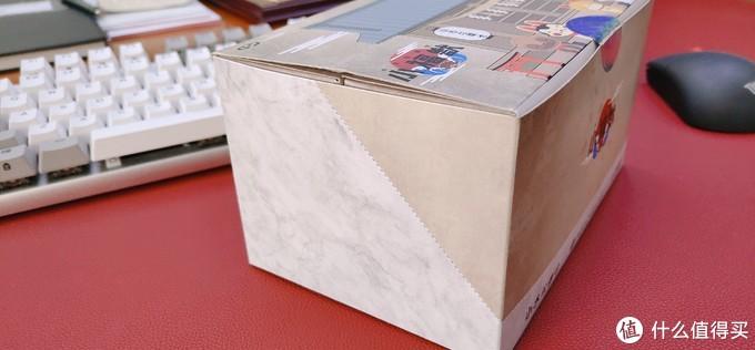 包装纸盒采取可变形的设计,后面我有展示打开后的状况。斜线可以裁剪开,建议用剪刀来操作,如果用手暴力撕开,很容易造成损坏。