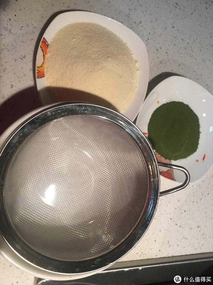 先将抹茶和奶粉用筛子筛一下,混合在一起。我的抹茶粉和奶粉混合后不会像一些视频教程里一样那么绿,但不用担心会影响后期成品的颜色,按比例就可以了,蜗牛太太已经帮各位试过啦,完全不影响。