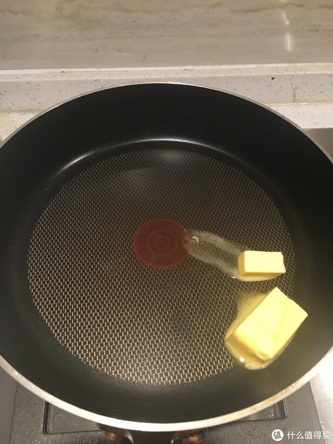 所有黄油放入平底不粘锅融化