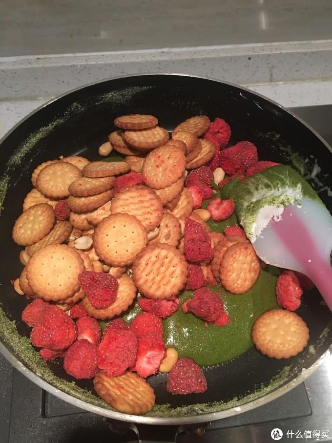 将所有的坚果,饼干、冻干草莓全部倒入,快速翻拌