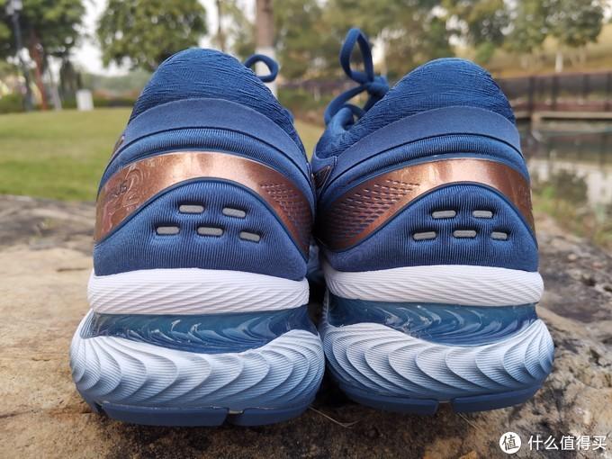 鞋后跟视角,注意GEL胶的分布