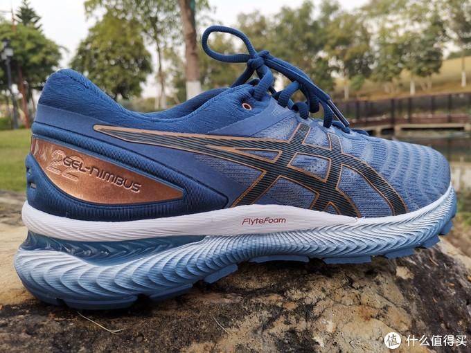 跑鞋外侧视角,注意色彩的渐变设计