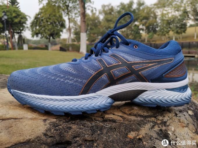 跑鞋内侧视角,注意足弓出的TPU设计