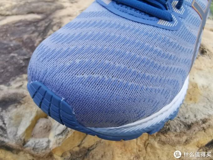 这次的鞋面设计也是一大亮点,采用了全新的单丝纤维面料编制而成,提高了透气性和舒适度
