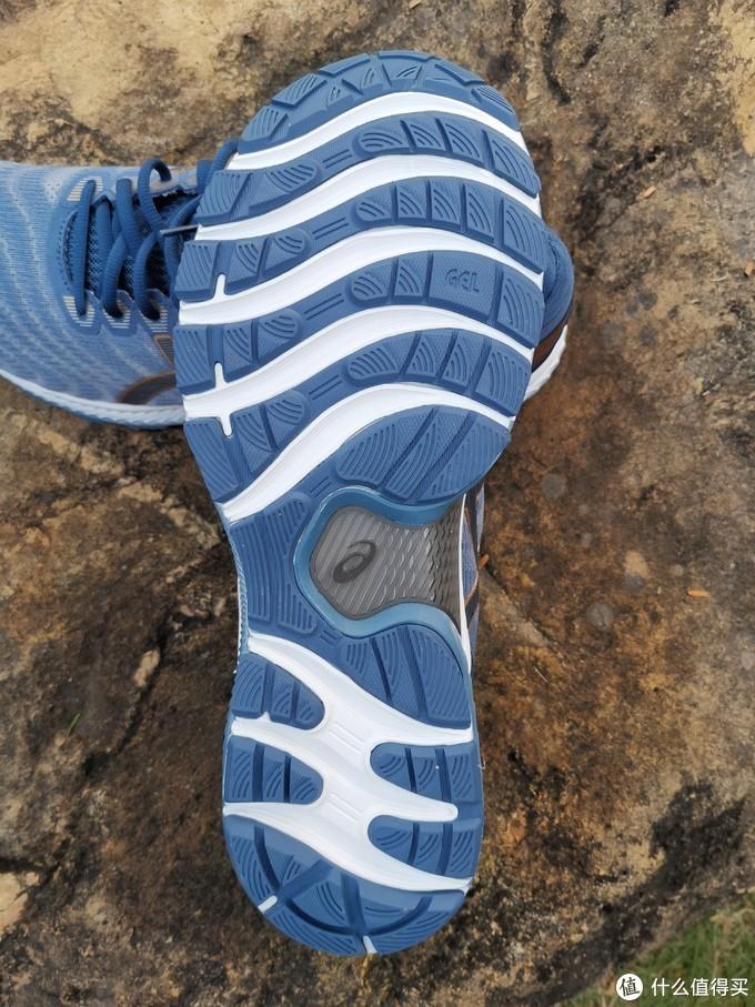 鞋底视角,注意看大底的轮廓