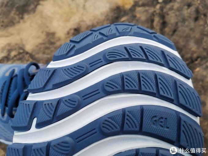 注意看前脚掌的凹槽设计,比较大的增强了抓地性和弯折时候的舒适度