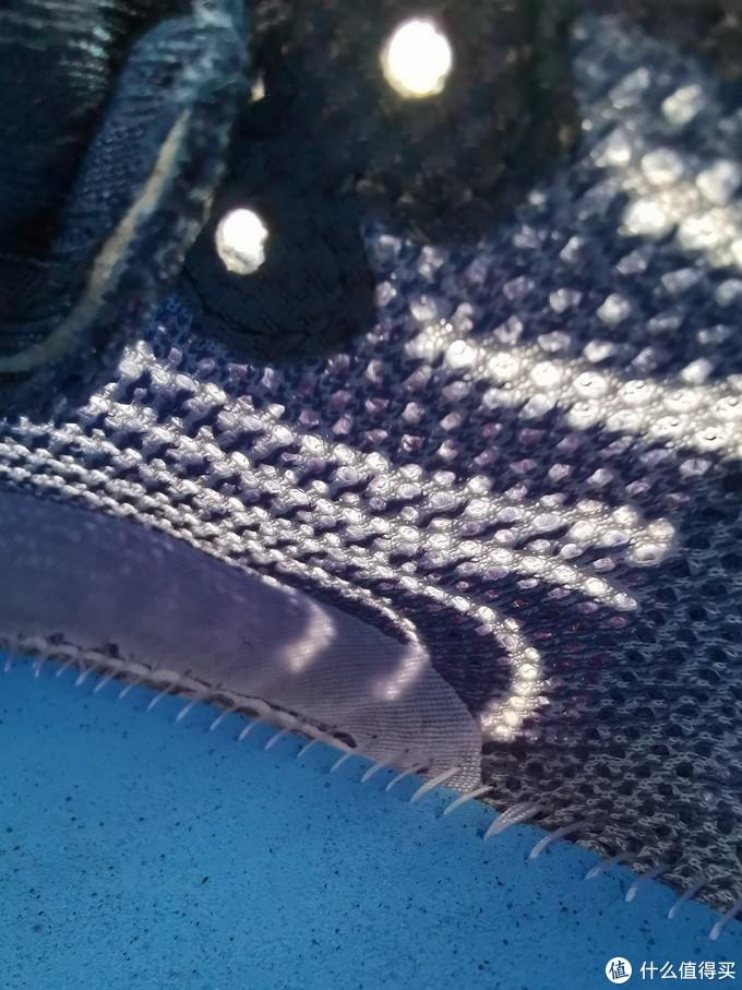 从跑鞋内部拍摄,可以看到较强的亮光,也推测透气性也不会很差