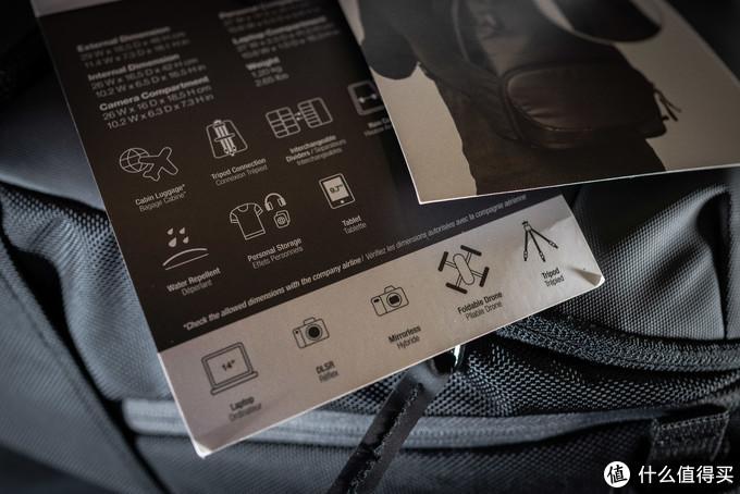 这里具体描述了这个摄影包的主要功能,分别是可以登机,有三脚架位置,采用防泼水面料、14寸电脑仓、个人物品仓,相机无人机等装备的收纳仓