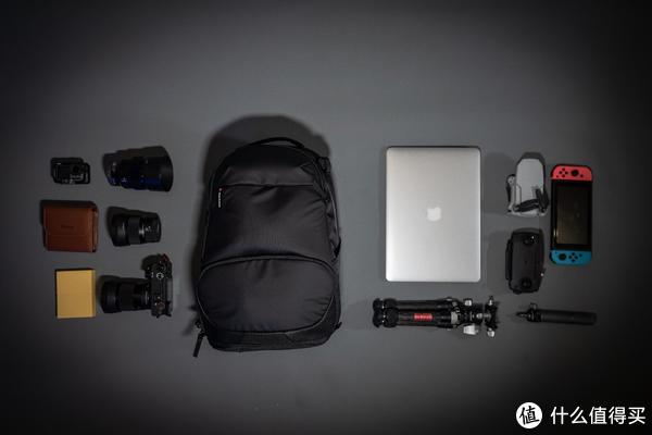 取出来给大家看看究竟装了多少东西,相机+3支镜头+笔记本电脑+无人机+三脚架+运动相机+游戏机+滤镜包+移动硬盘,在这个基础上还可以塞进去一件不是特别厚的外套。