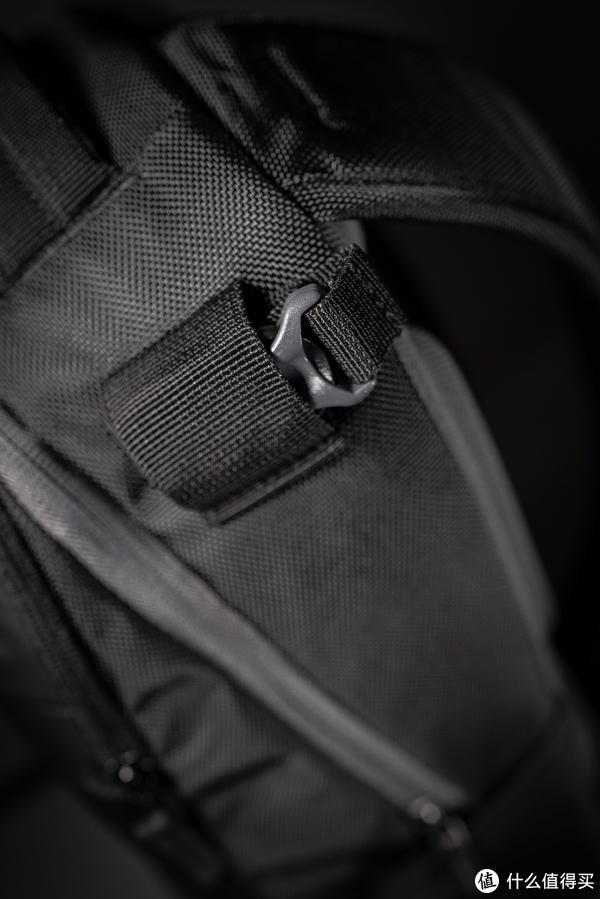 三角架固定带在不使用的状态下收纳在这里,曼富图这个贴心的小设计,最大限度减少了背包外部露出来的带子,提升美观更加一体性。