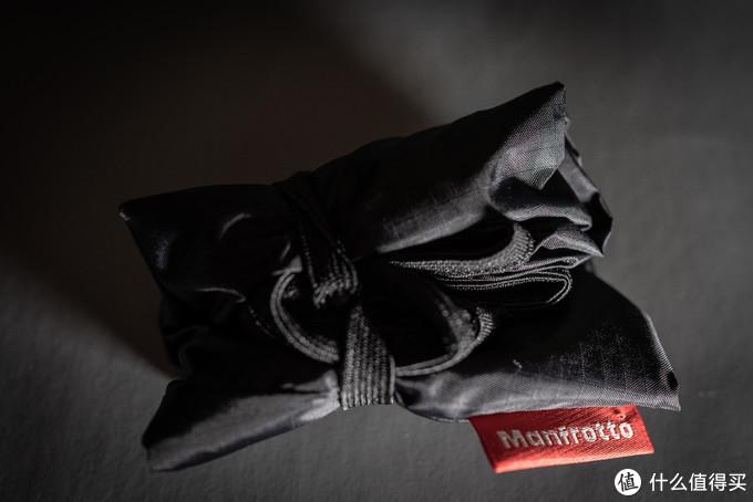 背包本身就采用了防泼水的面料,可以应对日常不小心泼上去的水或者小雨,但如果在户外突然下起大雨时还是需要额外防护的。接下来说一下防雨罩,它是独立设计的,与背包本体分离,需要的时候拿出来展开套在包上就行