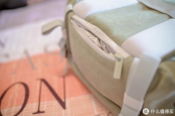 包包底部配有防雨罩,下大雨还带靠它