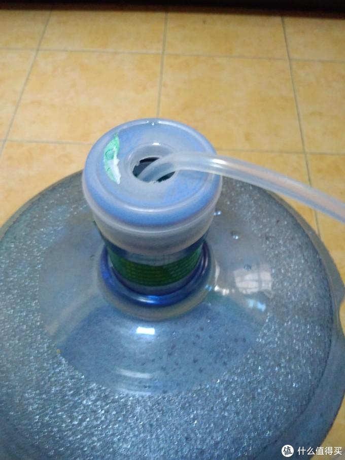 因为只配了硅胶管,所以取水的时候有机会发生异物掉到桶里面的问题