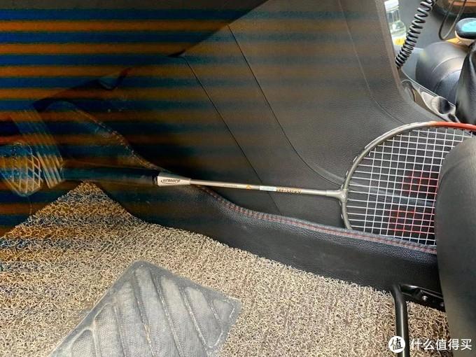 清洁下节气门,打开电门,之前用雨伞顶住,这次不知雨伞被谁带走了,找了个羽毛球拍顶住。