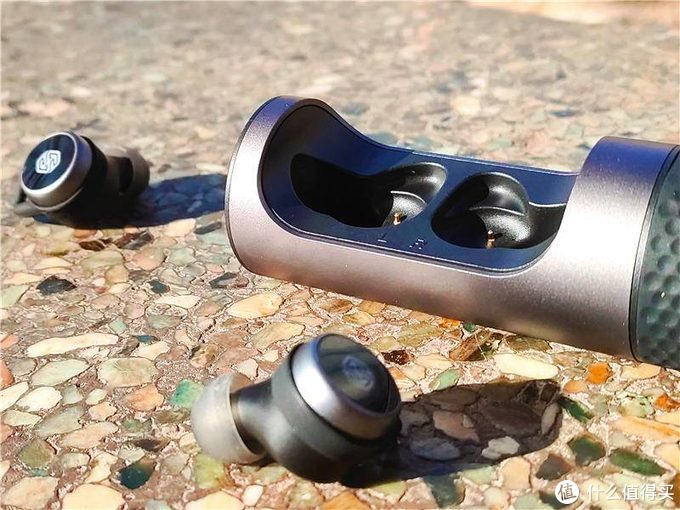 旋转式开仓设计 耐尔金这款精巧耳机会给你不一样的体验