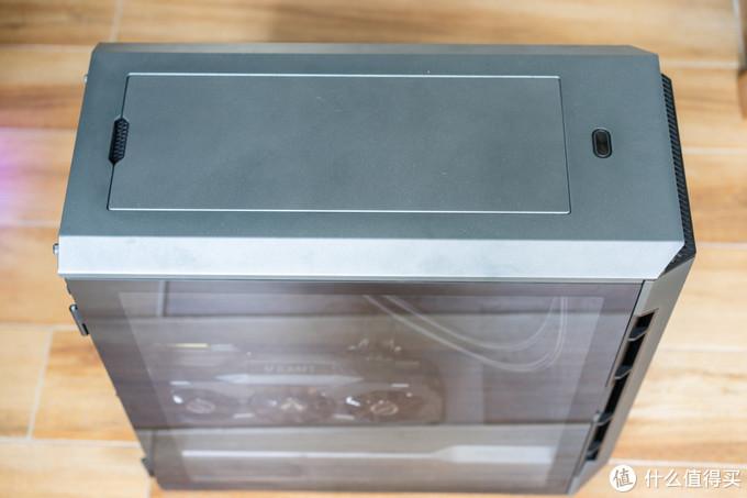 顶部风扇盖板为磁扣固定,可以很轻松地拆装。如果散热压力过大可以拆掉上盖,关机不用的时候完全可以再盖回去防尘