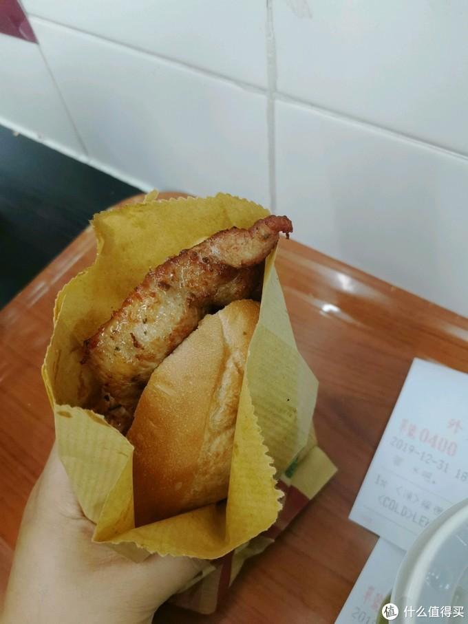 面包外皮酥松诱人,中间的猪扒够嫩没有经过太多调味,吃起来是肉单纯的油甜和煎过的微微焦香,让人难忘。