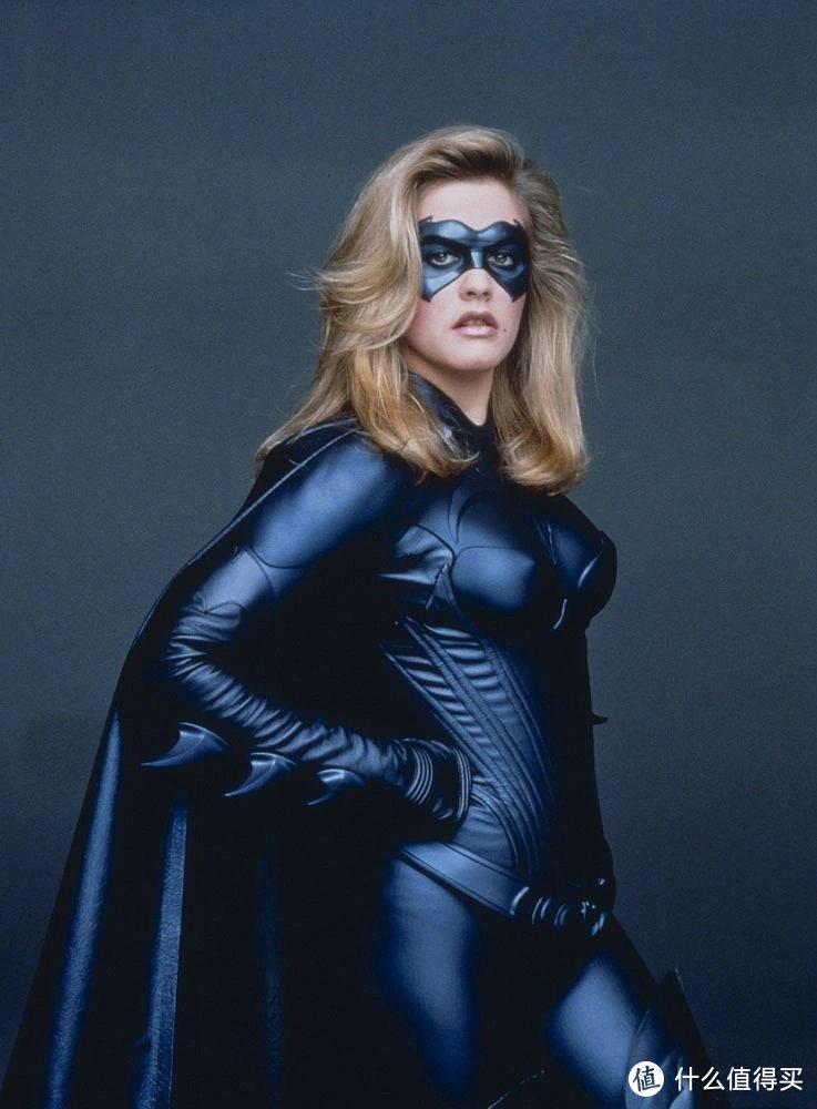 但我还是更钟情1997年电影《蝙蝠侠与罗宾》中,由艾丽西亚·希尔维斯通扮演的蝙蝠女,毕竟思春期的幻想无可取代