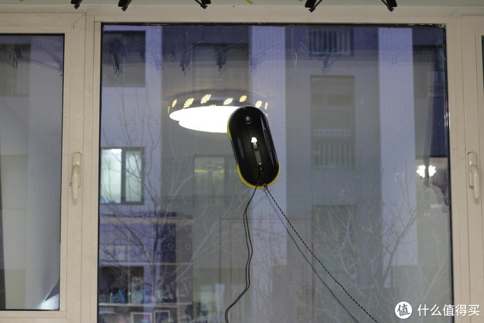 春节别请人擦玻璃了,在家自己就能搞定---玻妞358擦窗机器人体验