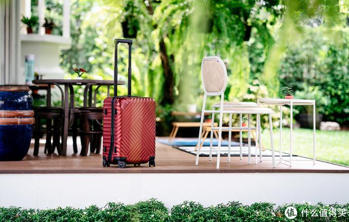 曼谷的民宿的小院子里,舒提啦抗摔旅行箱随便一摆都是一道风景。