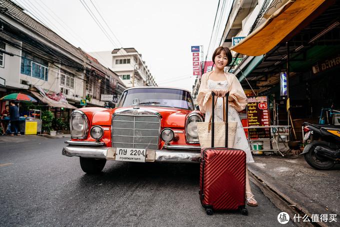 波尔多红的舒提啦抗摔旅行箱和复古奔驰老爷车的红摆在一起真是不要太好看。