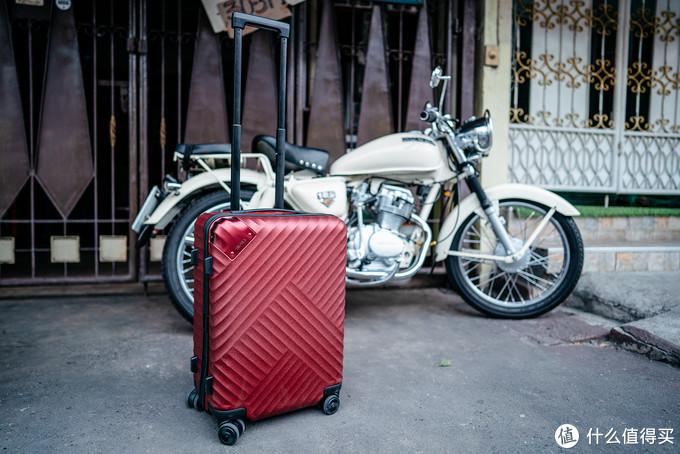 就算和街头的复古摩托车摆在一起,舒提啦抗摔旅行箱也是相得益彰。