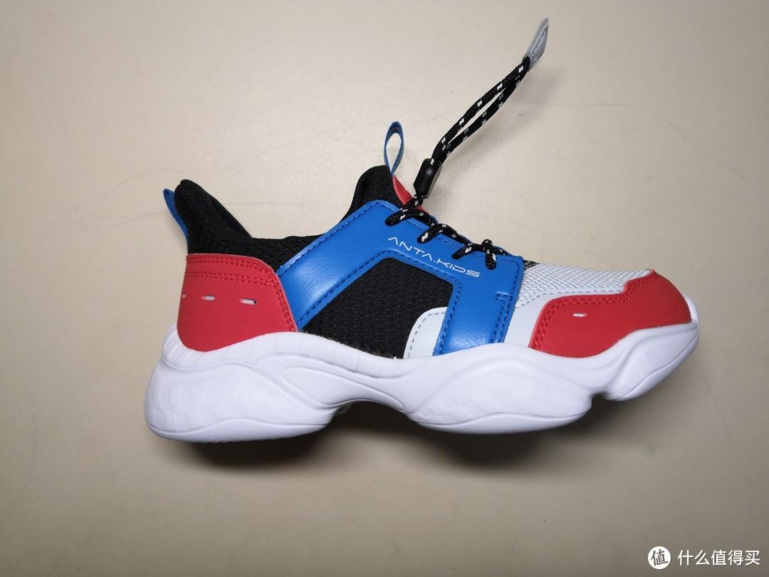 侧面看老爹鞋款,这两年很流行的鞋型,也设计到孩子鞋上来了。
