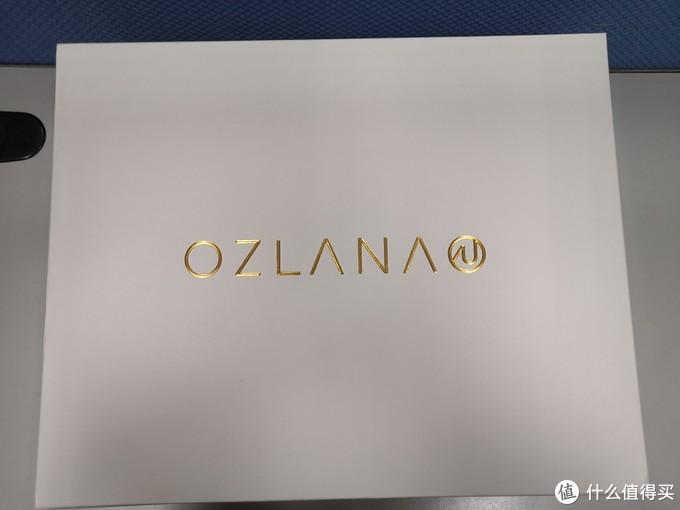 专门有个盒子,金色品牌logo。