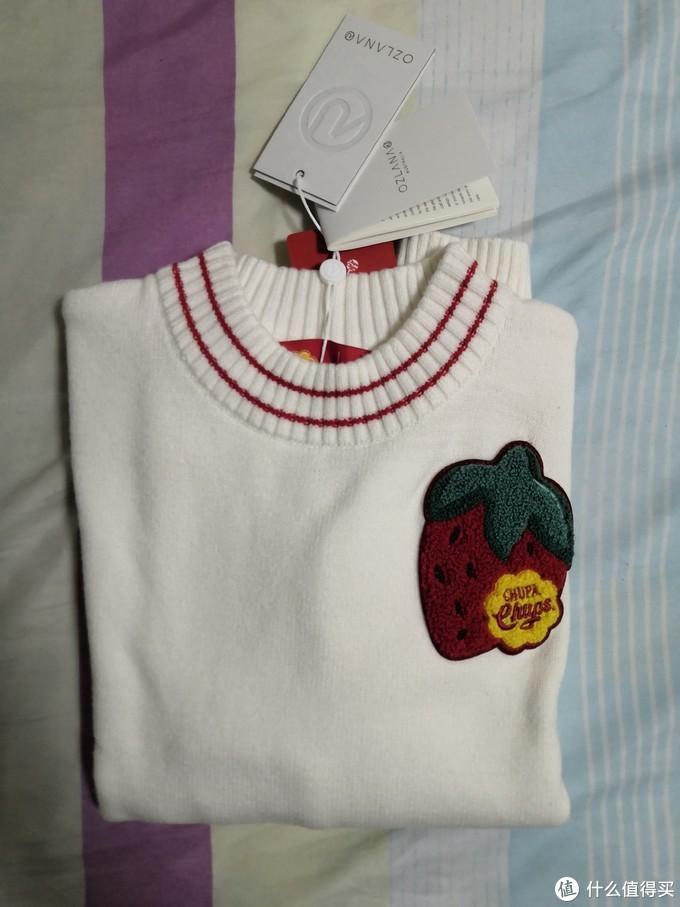 白色毛衣,胸前的大草莓。