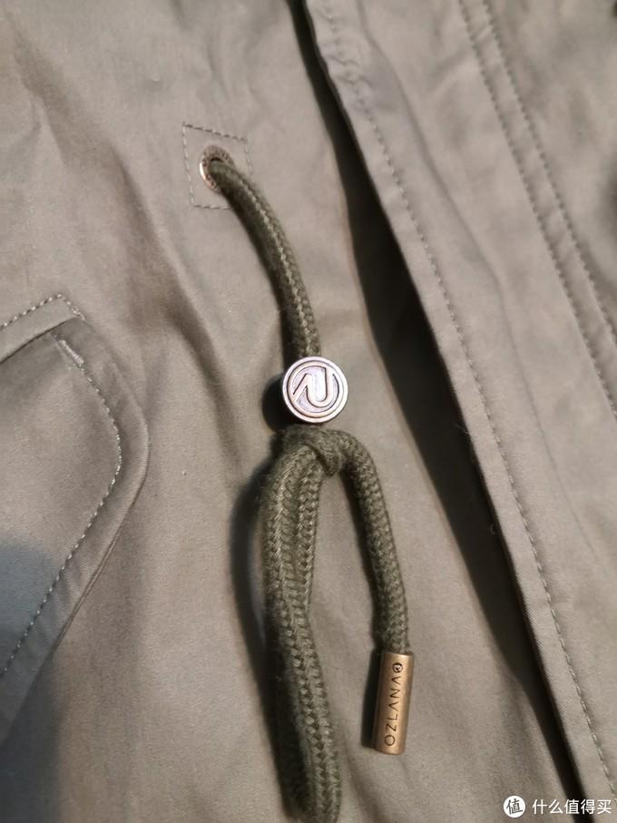 腰间的抽绳,五金件上都有品牌名和logo,还是有些细节的。