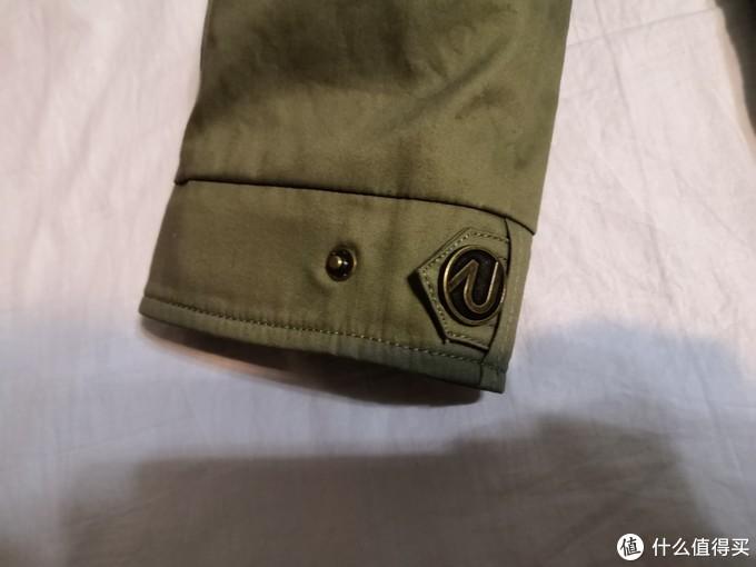 袖口可以调节,防止灌风,实际上袖口还是很紧的,比上一篇买的guess的袖口紧多了。