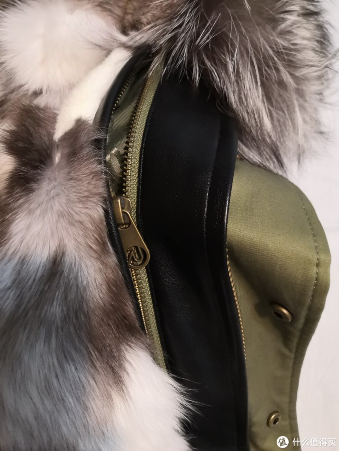 皮毛和大衣以拉链连接。
