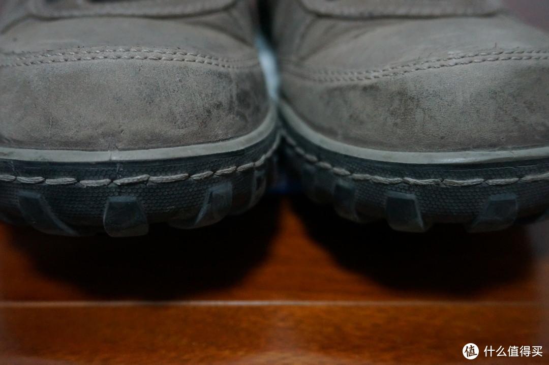 鞋头风格凌厉的外露缝线