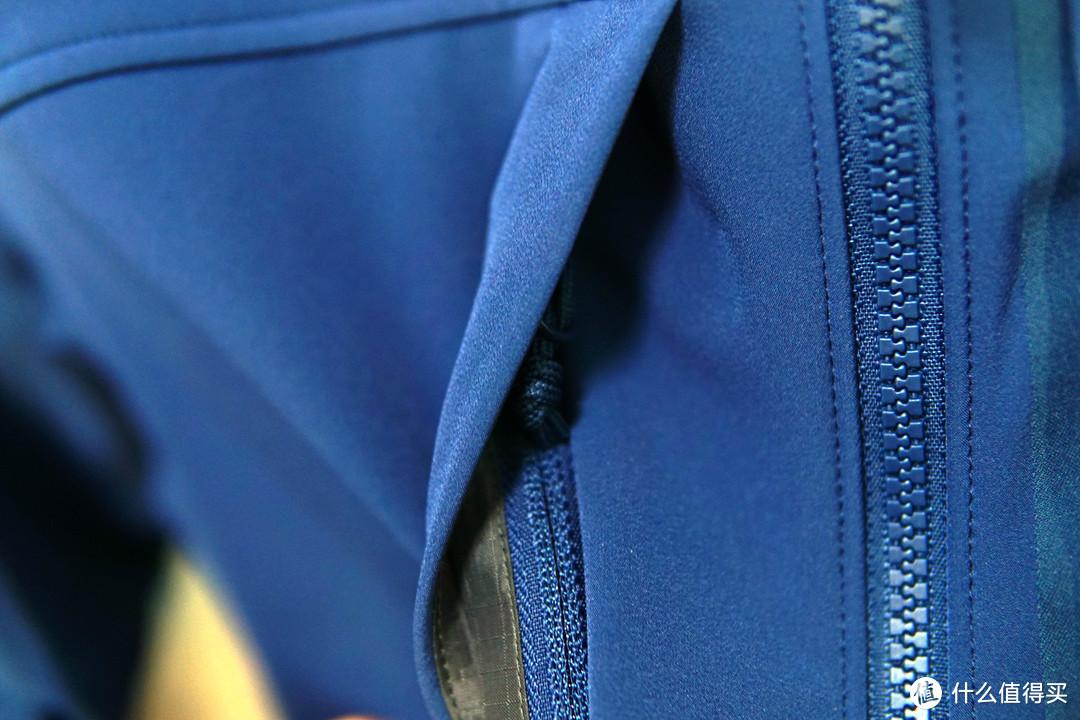 左侧胸袋,隐藏拉链